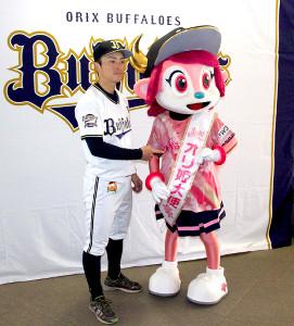 オリ姫大使に就任したバファローベルにたすきをかけた福田