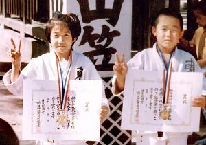 櫛田神社の奉納試合で5人抜きを決めた田村亮子(左)