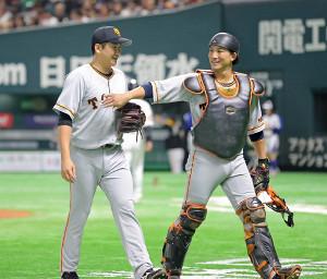 6回を投げ2安打無失点の完ぺきな投球を見せた先発の菅野(左)と小林(カメラ・泉 貫太)
