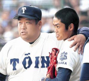 昨夏の甲子園でベンチに戻った根尾(右)の肩を抱く大阪桐蔭・西谷監督
