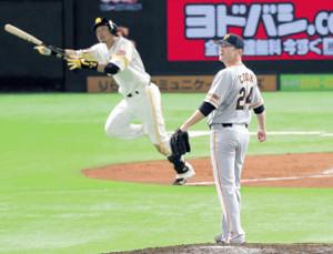8回無死二塁、松田宣(左)に2ランを浴びたクック(カメラ・池内 雅彦)