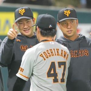 吉川光夫(47)を笑顔で迎える菅野智之(左)と中島