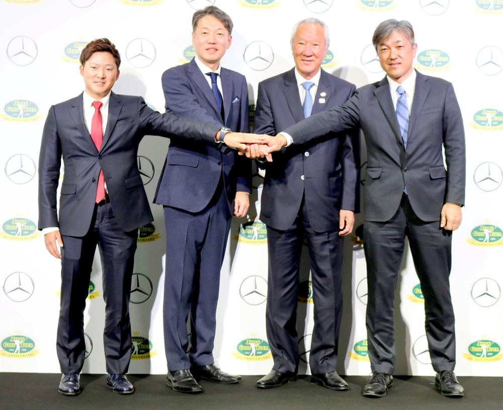 メルセデス・ベンツ日本とJGTOのオフィシャルパートナー契約締結の会見に出席した今平周吾(左端)。左から3人目はJGTO・青木功会長