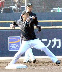 一般女性との結婚を発表した日本ハム・近藤健介外野手は千葉・鎌ケ谷スタジアムでノックを受ける