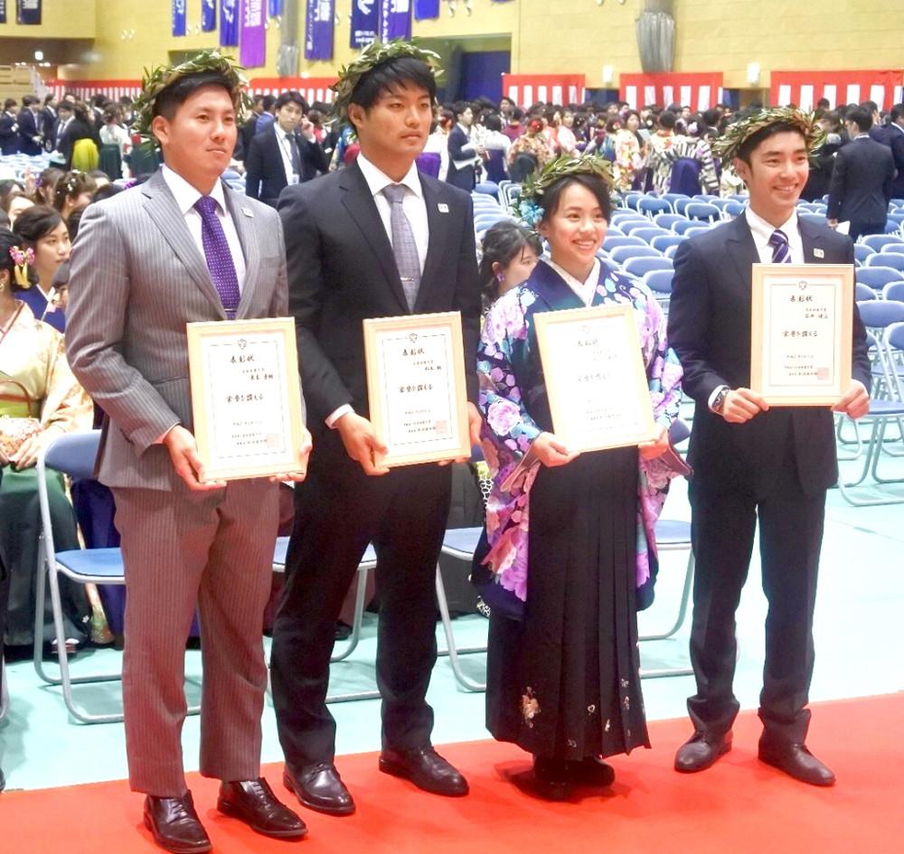 日体大の卒業式に出席した(右から)白井健三、村上茉愛、松本航、東妻勇輔