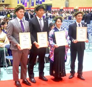 日体大の卒業式に出席した(右から)体操男子の白井、体操女子の村上、西武・松本、ロッテ・東妻
