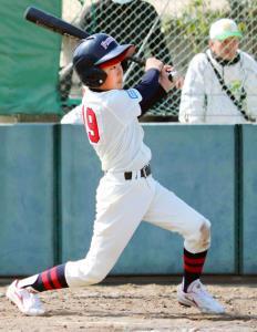 大阪八尾の谷浦は6回無死満塁で、走者一掃の三塁打を放つ