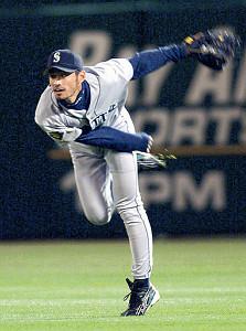 アスレチックス戦の8回1死一塁、右前安打をつかんだイチローの三塁送球が伝説の「レーザービーム」となった