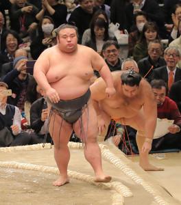 貴景勝(左)は送り出しで魁聖を下す