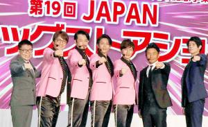 ポーズを決める(左から)生島ヒロシ、酒井一圭、小田井涼平、白川裕次郎、後上翔太、魔裂斗、岩永徹也