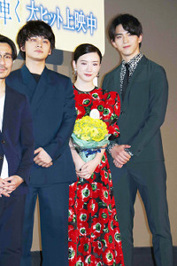映画さながらの感動の舞台あいさつを演出した(左から)北村匠、永野芽郁、甲斐翔真