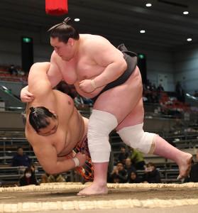 寺尾翔(左)をすくい投げで破り、無傷の4連勝で勝ち越しを決めた照ノ富士(右)