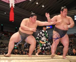 琴隆成(右)を突き出しで破り無傷の4連勝で勝ち越しを決めた納谷(左)