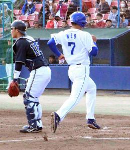 初安打で出塁し、ホームに生還する中日・根尾