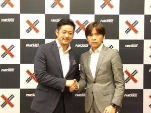 握手を交わすONEのチャトリ・シットヨートンCEO(左)と、パンクラスの酒井正和代表