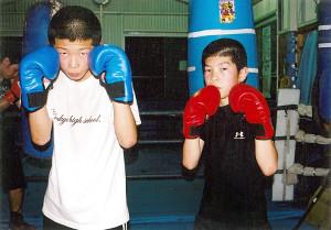 06年、ボクシングを始めた頃の田中恒成(右)と兄の亮明(家族提供)
