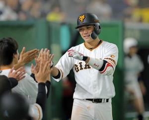 5回1死、左中間へソロ本塁打を放った坂本勇人はベンチに迎えられる