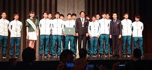 青学大の3大駅伝報告会に郷ひろみ(右から3人目)がサプライズ登場。チームを激励した