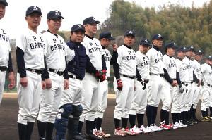 PL学園高のユニホームを着て練習試合に臨んだ同校のOB