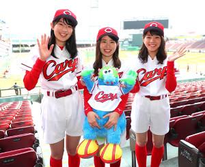 ホームランガールを務める(左から)相原咲瑠さん、森光玲衣さん、岩見萌愛さん