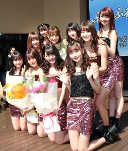 セクシーな衣装で登場した10人組アイドルグループ「ふわふわ」