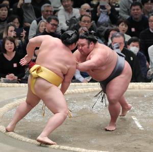 遠藤(左)を突き出しで下した貴景勝