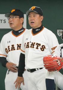 戦況を見つめる巨人・原監督(右)