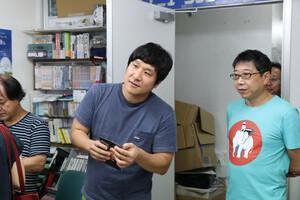 成金会場で物販する瀧川鯉八と春風亭柳若(右)