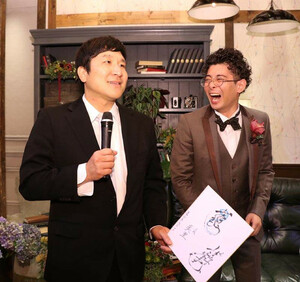 小痴楽の結婚式2次会ビンゴ大会で小痴楽サイン色紙をゲットした瀧川鯉八