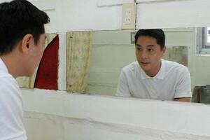 鏡の中の自身に見入る昔昔亭A太郎