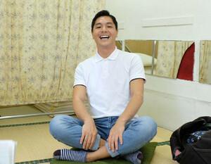 笑顔でインタビューに答える昔昔亭A太郎(カメラ・越川 亘)