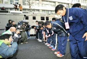 ◆第85回東京箱根間往復大学駅伝競走(1月3日、大手町)胴上げを自粛し、走ってきたコースに向かい頭を下げる東洋大の選手