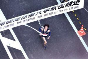 ◆第85回東京箱根間往復大学駅伝競走(1月3日、大手町)出場67回目で、初めて大手町のゴールにトップで飛び込んだ東洋大・高見諒は、万感の思いでテープを切った