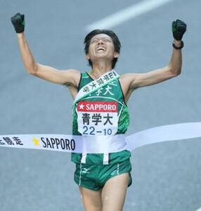 ◆第85回東京箱根間往復大学駅伝競走(1月3日、大手町)青学大アンカーの宇野は無事にタスキをつなぎガッツポーズでゴールした