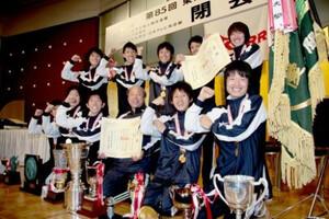 第85回箱根駅伝(1月3日・大手町)閉会式で受けたトロフィーを前に、ポーズを決める東洋大の選手達と佐藤尚監督代行