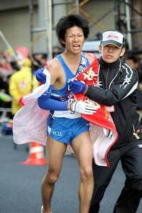第85回箱根駅伝(1月3日・大手町)6位でゴールしシード権を確保した山梨学大・赤峰(左)