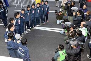 第85回箱根駅伝(1月3日・大手町)総合優勝し報道陣に記念撮影される東洋大チーム