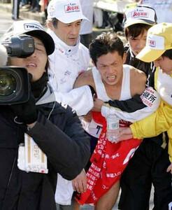 第85回箱根駅伝(1月3日・鶴見中継所)駒大・池田は中継所に入ると崩れ落ちた