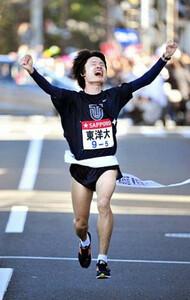 ◆第85回箱根駅伝(1月2日・箱根・芦ノ湖) 区間新の大逆転で往路優勝を決めた東洋大の5区・柏原はガッツポーズでゴールテープを切った