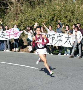 第84回東京箱根間往復大学駅伝競走第1日。5区、トップに立った早大・駒野亮太が、沿道から応援する横断幕と歓声を背に、12年ぶりの往路優勝へピッチを上げる。神奈川・箱根町で。2008年1月2日。