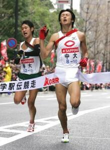 第83回東京箱根間往復大学駅伝競走最終日、復路。デッドヒートでゴールインする中大・宮本竜一(右)と専大・木下卓己(左)。東京・大手町の読売新聞社前で。2007年1月3日