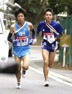 第83回東京箱根間往復大学駅伝競走、往路。5区の山登りで、東海大・石田和也(左)を抜き去り、トップに立った区間新記録の順大・今井正人。5位から逆転して、往路優勝を決める。小田原~箱根で。2007年1月2日