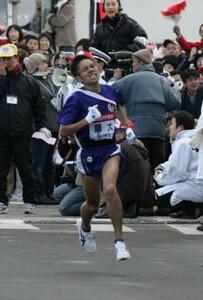 第81回東京箱根間往復大学駅伝競走第1日・往路5区。2区以外では最多となる11人抜きをし、4位に順位を上げた順大・今井正人。2005年1月2日