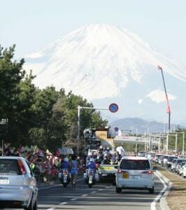 第81回東京箱根間往復大学駅伝競走第1日・往路3区。箱根路を快走するランナーを雪化粧した富士山が出迎える。2005年1月2日
