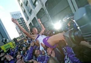 第78回東京箱根間往復大学駅伝競走最終日、復路。駒大が総合優勝し、アンカーの河村修一はタスキをつないだ仲間から歓喜の胴上げ。東京・大手町の読売新聞社前で。2002年1月3日