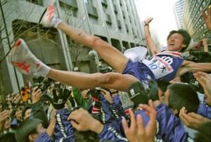 第77回東京箱根間往復大学駅伝競走第2日。順天大が総合優勝。アンカーの宮崎展仁がチームメートに歓喜の胴上げをされる。東京・大手町の読売新聞社前で。2001年1月3日