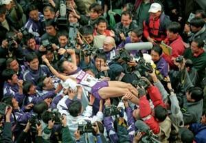 第76回東京箱根間往復大学駅伝競走最終日。駒大が往路・復路完全優勝でアンカーの高橋正仁を歓喜の胴上げ。東京・大手町の読売新聞社前で。2000年1月3日