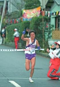 第76回東京箱根間往復大学駅伝第1日。5区で駒大・松下龍治(りょうじ)が快走。トップでゴールし駒大が往路優勝。神奈川・箱根町で。2000年1月2日
