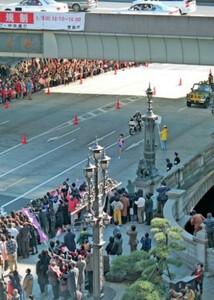第75回東京箱根間往復大学駅伝競走。復路・10区。順天大のアンカー、宮崎典仁がトップでゴール目指し日本橋を駆け抜ける。東京・中央区の日本橋で。1999年1月3日