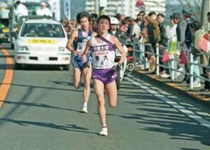 第75回東京箱根間往復大学駅伝競走。往路・4区。駒大・藤田敦史(手前)が区間新の快走をみせ、順天大・大橋真一を抜きトップに立つ。往路優勝に大きく貢献した。平塚~小田原間で。1999年1月2日